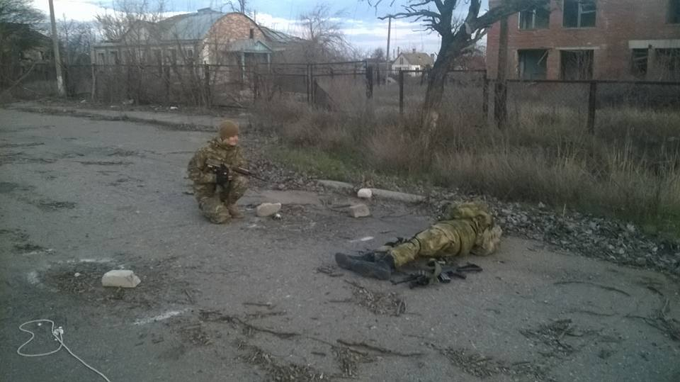 На війні, в момент затишшя, чим займаються дівки :)