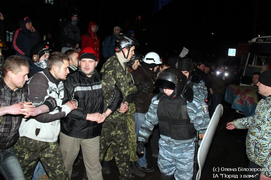 """Нічне блокування """"Беркуту"""" біля Святошинського райвіділу (ФОТО)"""