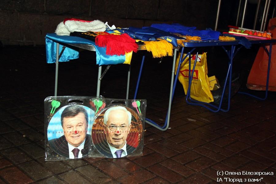 ФОТОФАКТ. На Майдані торгують наборами для кидання дротиків з обличчями Януковича і Азірова